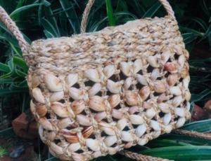 กระเป๋าผักตบชวาทรงสี่เหลี่ยมลายดอกแก้ว ขนาด 10 นิ้ว